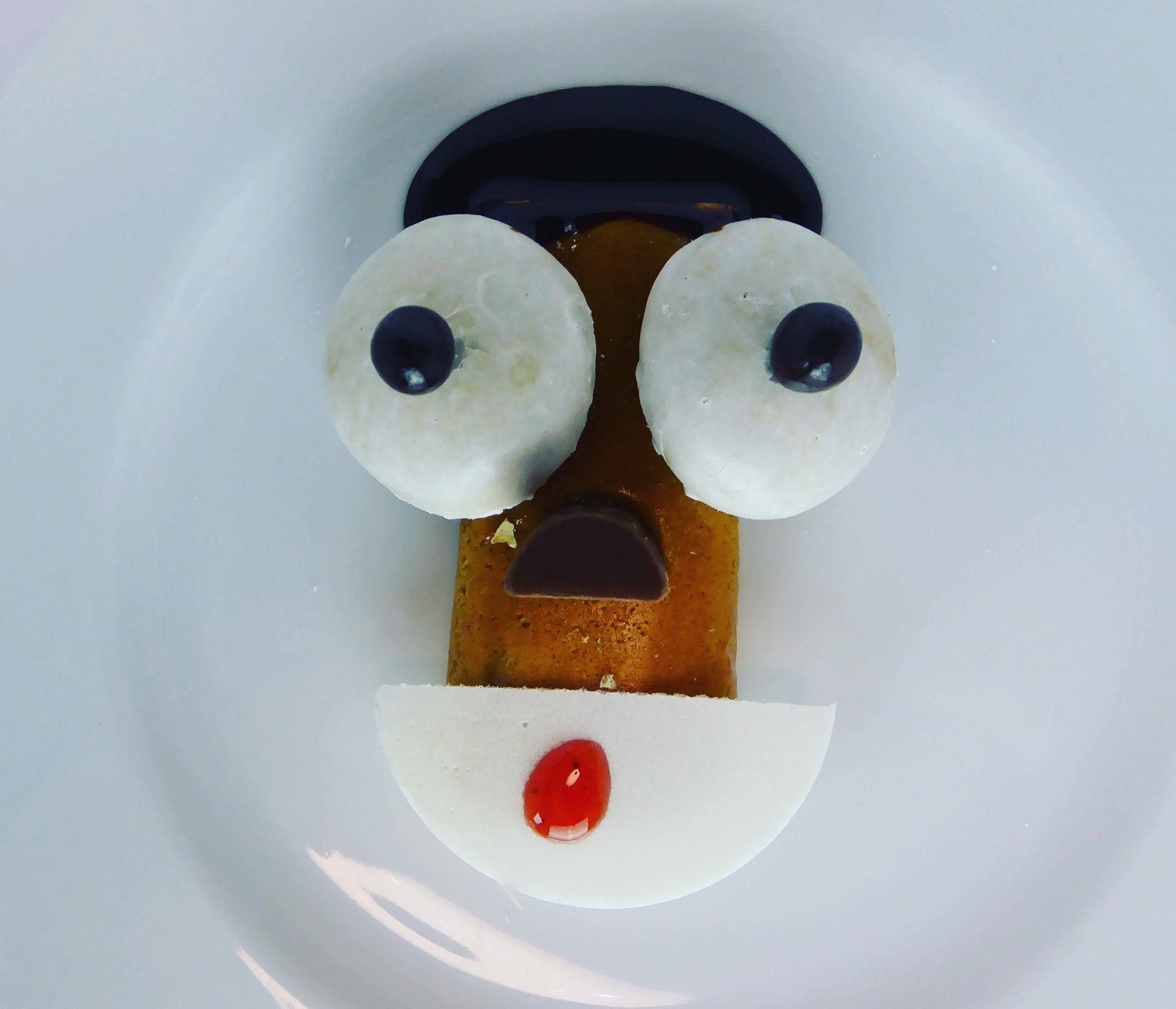 Questbar Proteinbar Proteinriegel Zimt Gesicht Afro Amerikaner mit großen Augen
